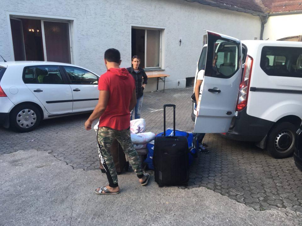 Einige Asylsuchende aus dem Pfarrheim bei der Abreise nach Ingolstadt/Manching. Foto: as