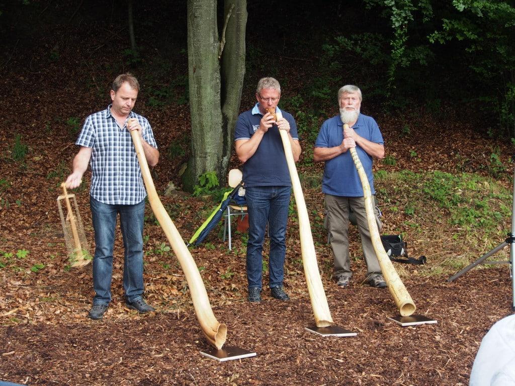 Feierliche Umrahmung durch die Digderidoo-Gruppe Rolf Bach (r.). Foto: wr