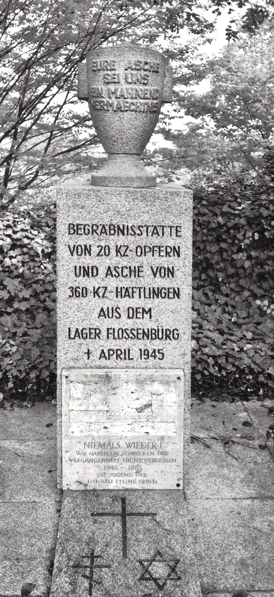 Mahnmal im Waldfriedhof ohne Nennung des KZ-Außenlagers Saal. Foto: Stiftung Bay. Gedenkstätten