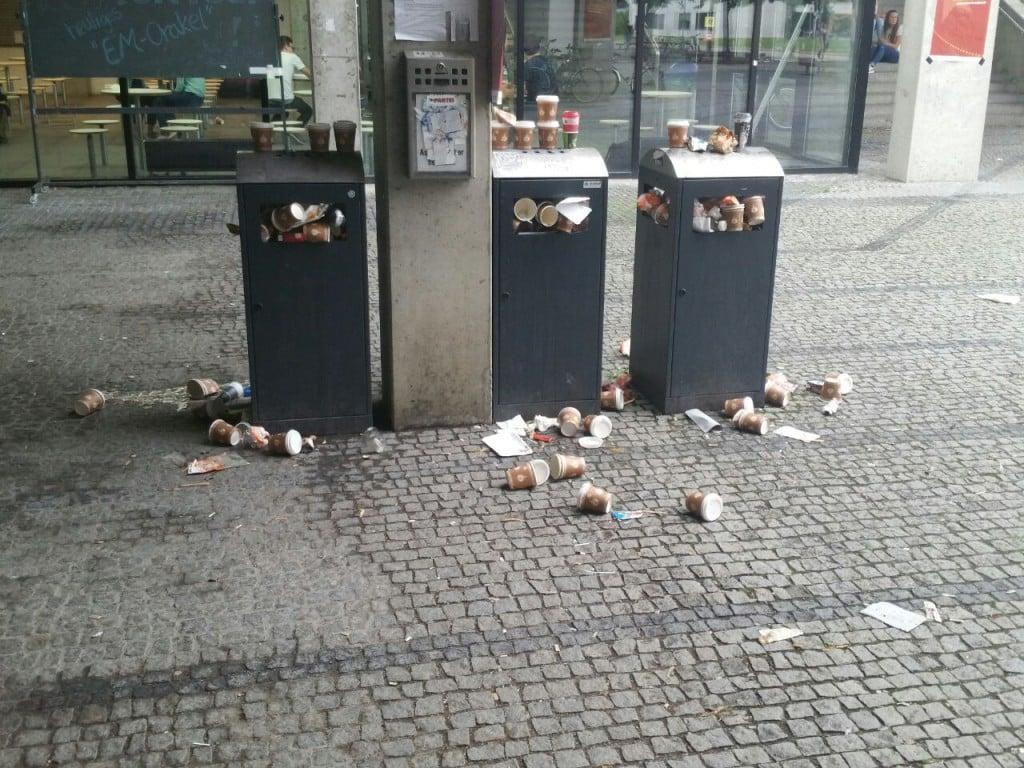 Uni Regensburg, PT-Gebäude: Müllvermeidung ist keine Frage der Intelligenz.