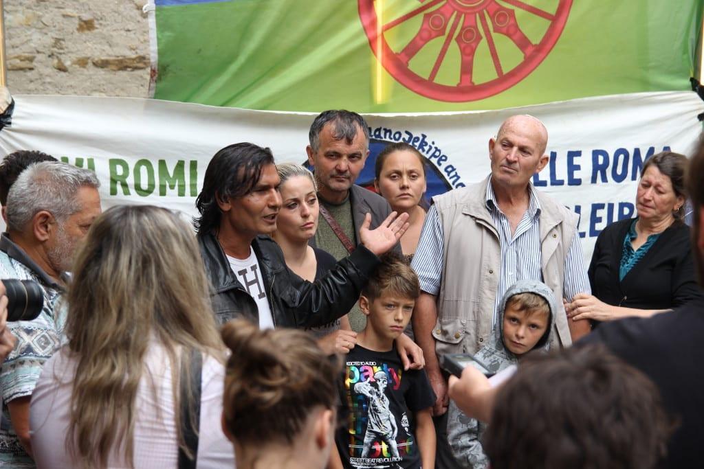 Sprecher Isen Asanovski (links) beim Gespräch mit der Presse. Foto: Michael Bothner
