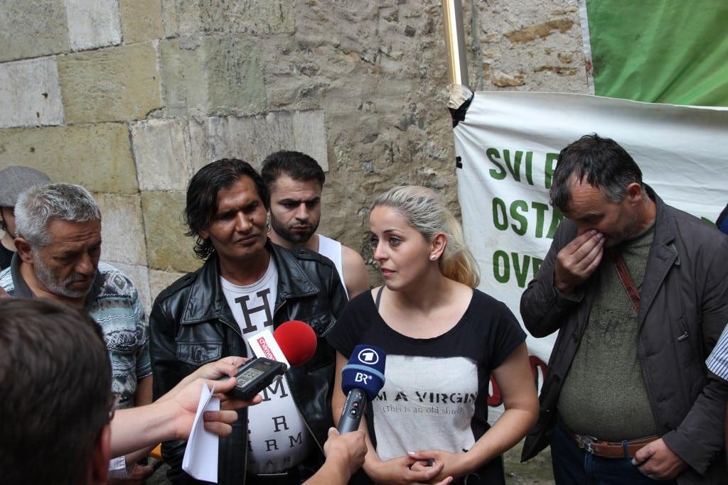 Eine Roma erläutert den Medien ihre Situation. Foto: Michael Bothner