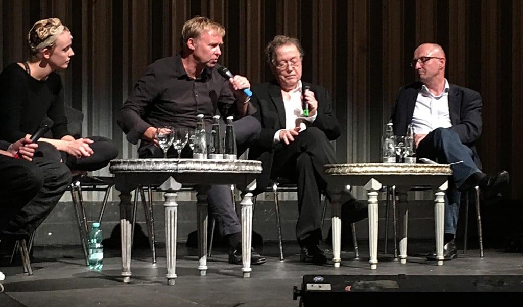 """""""Da sind wir doch noch gar nicht, Franz."""" Intendant Neundorff von Enzberg (li. mit Franz Wittenbrink, Christof Hartmann und Maike Schmidt) lieferte eine peinliche Vorstellung ab. Foto: as"""