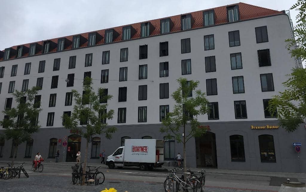 """Das """"Karmeliten am Dom"""" ist die konsequent zu Ende gedachte Flurbereinigung der Maximilianstraße. Foto: as"""