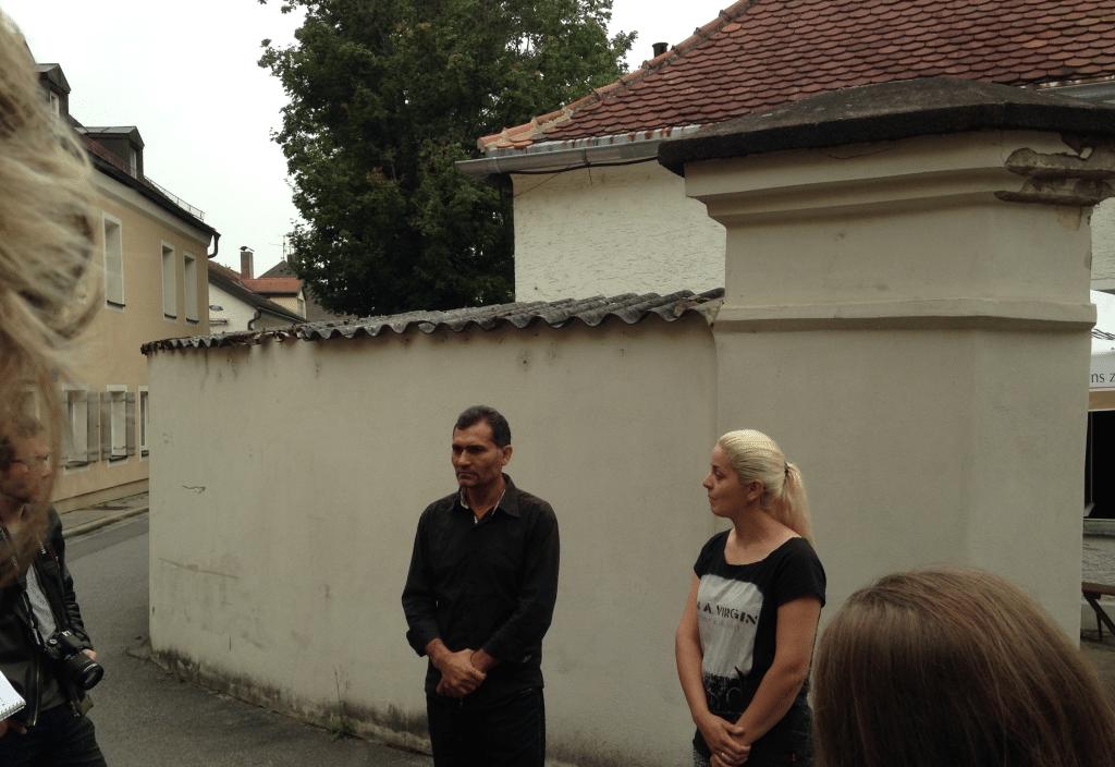 Stefan Asanovski bei einer Pressekonferenz vor dem Pfarrheim. Foto: Archiv/om