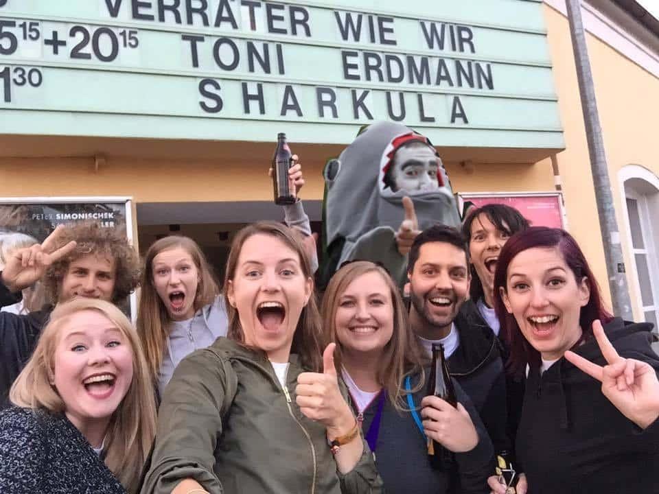 Sharkula im Kreis seiner Fans. Foto: https://www.facebook.com/Sharkula-Der-Film-1652270778368760