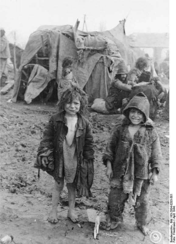 """Aufnahme einer Propagandakompanie beiTiraspol(Transnistrien) vom 6. April 1944. Originalbildunterschrift: """"Zigeuner. Selbst in Regenwetter und Schlamm laufen die kleinen Kinder halbnackt herum. Wenn sie grösser werden, hängen ihnen die Alten ihre abgelegten Lumpen um."""""""