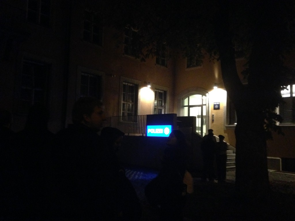 Nächtliche Spontankundgebung vor der Polizeiinspektion Süd. Foto: om