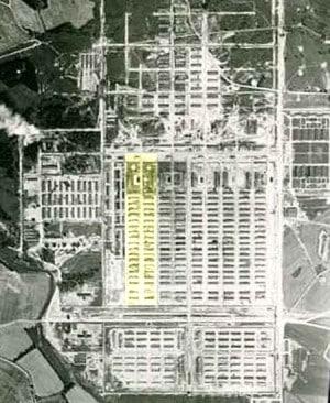 """Das """"Zigeunerlager"""" (gelb hervorgehoben) im KZ Auschwitz-Birkenau, Grundlage: Luftbild der Royal Air Force von 1944 (CC)"""