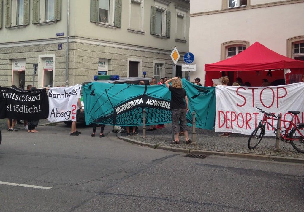 Protest von Unterstützern gegen den Abtransport der verbliebenen Personen im Pfarrheim. Foto: om