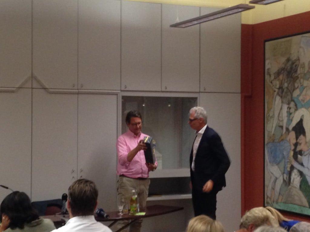 Scheuer bekommt ein christlich-abendländisches Präsent. Foto: om