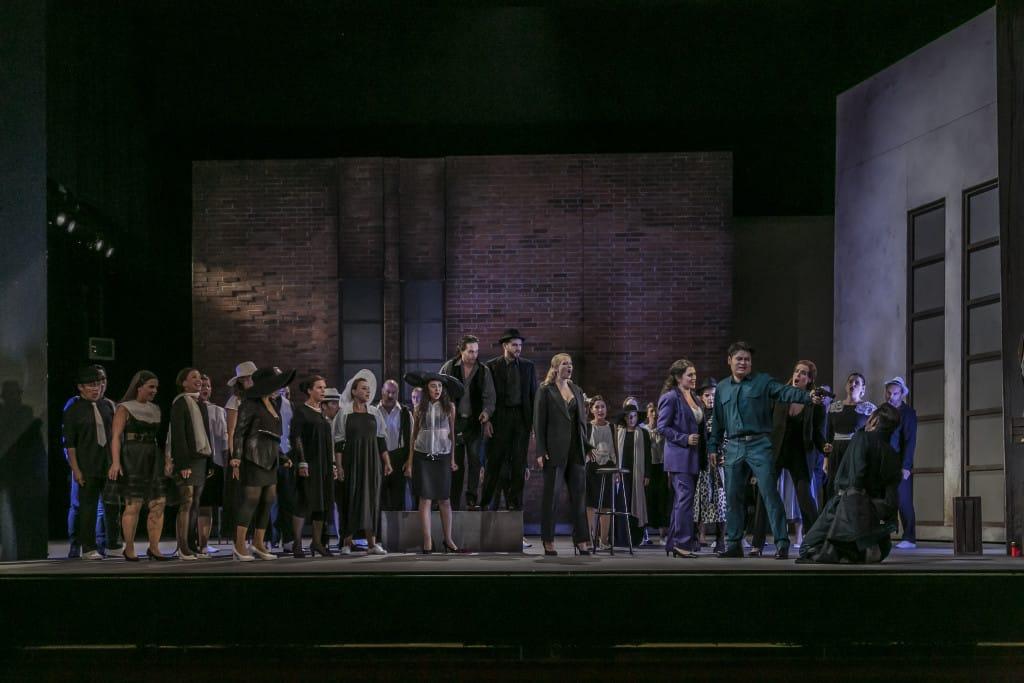 Das Ensemble der Carmen am Regensburger Stadttheater. Foto: Jochen Quast
