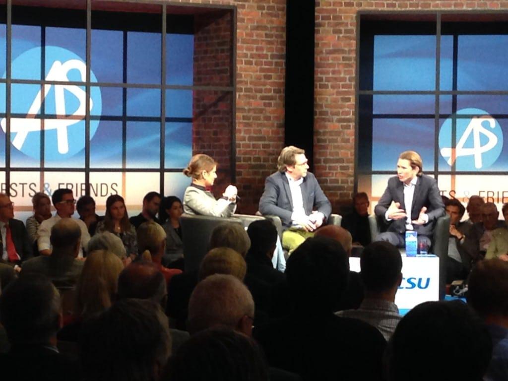Bild-Chefin Koch, Talkmaster Scheuer und Außenminister Kurz bei der Diskussion. Foto: om