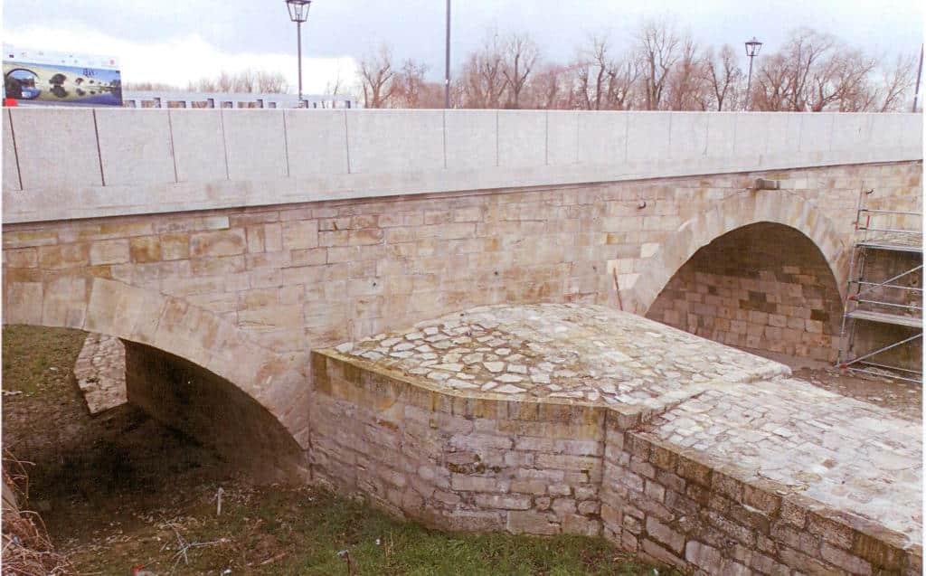"""Die neue Brüstung: """"warmtonig"""" und """"passend zu dem gelblich-grünen Grünsandstein des Mauerwerkes""""? Foto: as"""