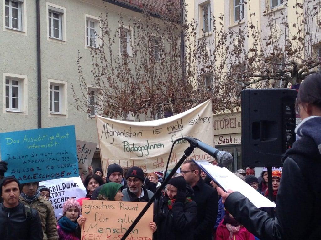 Oberbürgermeister Joachim Wolbergs und Stadtrat Tobias Hammerl inmitten der Kundgebung. Foto: om