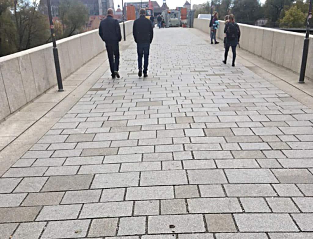 """Das neue Pflaster auf der Steinernen: """"Akzeptabel"""", urteilt das Landesamt für Denkmalpflege. Foto: as"""