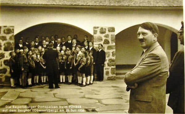 """die Chorknaben in HJ-Uniform beim """"Führer"""" zeigen, kursierten seinerzeit in Nazi-Blättern und oder wurden als Postkarten versandt. Foto: privat"""