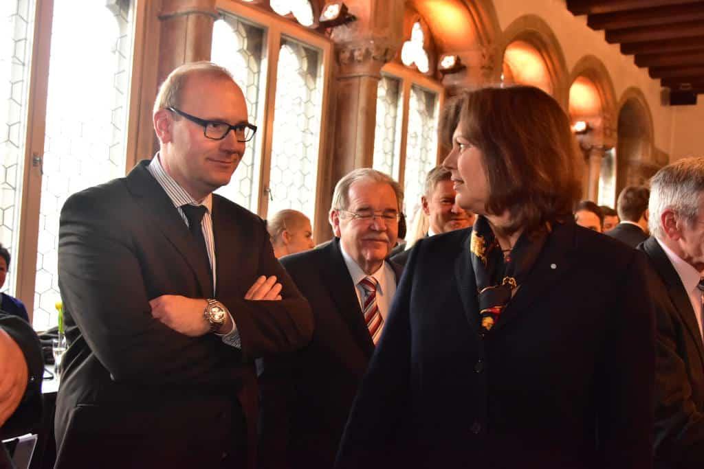 In der vordersten Reihe: Christian Schlegl mit Ilse Aigner. Dazwischen Fraktionschef Vanino. Foto: Staudinger