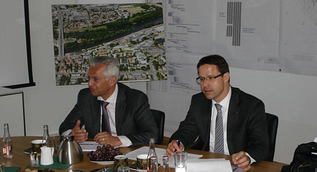 März 2012: Thomas Dietlmeier und Wolfgang Herzog verkünden den Kauf de wesentlichen Schlachthof-Flächen durch das Immobilien Zentrum. Foto: Archiv
