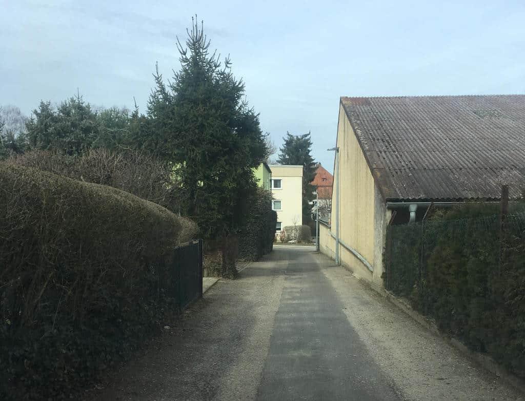 Die Zufahrt zum Feuerbachweg: Zu schmal für zuviel Parkverkehr, hieß es 2004. Foto: as