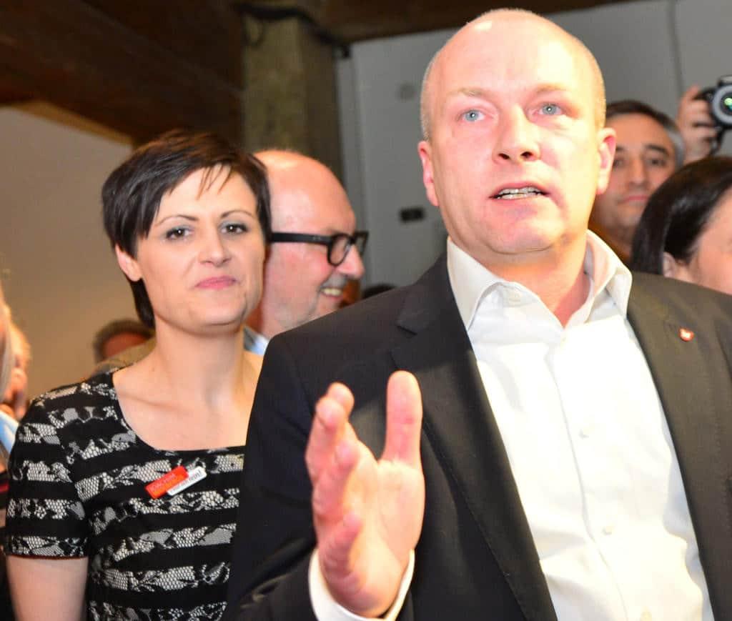 Joachim Wolbergs spricht am 27. März vor den Vorstandsmitgliedern des SPD-Unterbezirks. Seine Stellvertreterin Katja Vogel (li.) unterzeichnete die Einladung nicht mit. Foto: Archiv/ Staudinger