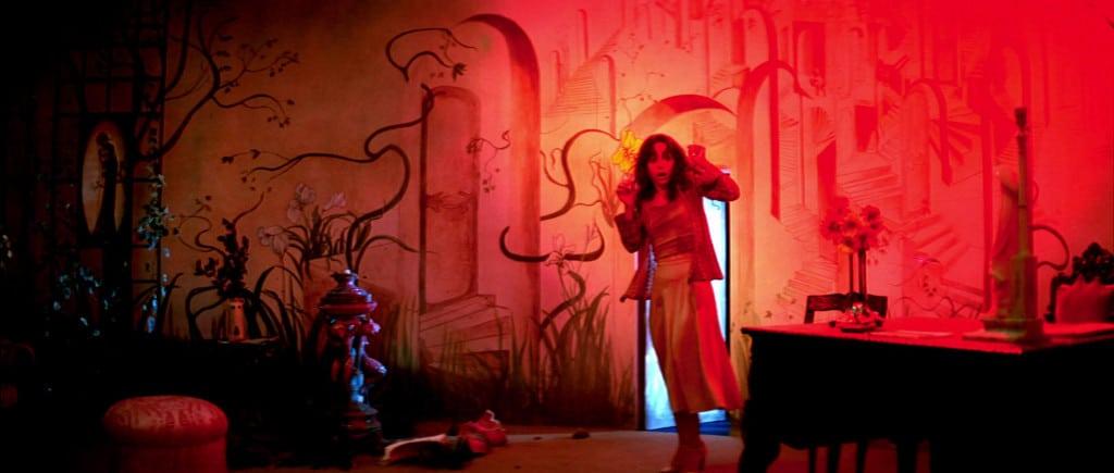 """""""Everything glows"""" (zitiert nach """"D.A.D."""") – jedenfalls in den frühen Werken des Giallo-Meisters Dario Argento. """"Suspiria"""" ist dafür ein Paradebeispiel und kann in Regensburg alsbald im Kino genossen werden. Eine schöne Gelegenheit."""