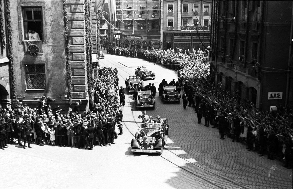 1937: Umjubelter Besuch von Adolf Hitler in Regensburg. Foto: Stadt Regensburg