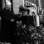 Instrumentalisierte Domprediger Johann Maier, um von seiner eigenen Rolle im II. Weltkrieg abzulenken: Michael Buchberger (hier 1950 bei einer Gedenkveranstaltung am Dachauplatz). Foto: Stadt Regensburg