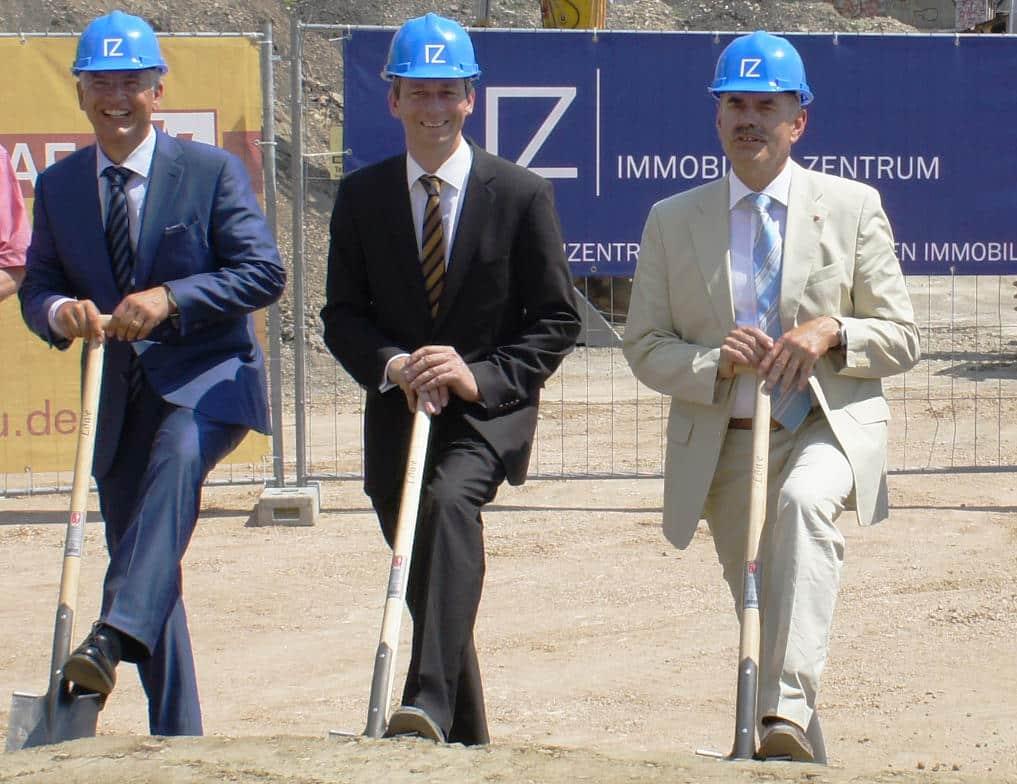 Juli 2013: Thomas Dietlmeier (Immobilien Zentrum Regensburg), Ulrich Schneider (C.A. Immo) und Hans Schaidinger beim Spatenstich für ein städtisches Millionengrab namens Marina-Quartier. Foto: pm