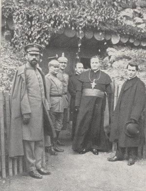 Michael Buchberger (ganz rechts im Bild) 1916 beim Frontbesuch mit KardinalFranziskus von Bettinger(Bildmitte) bei dem bayerischen DivisionspfarrerJakob Weis(ganz links).