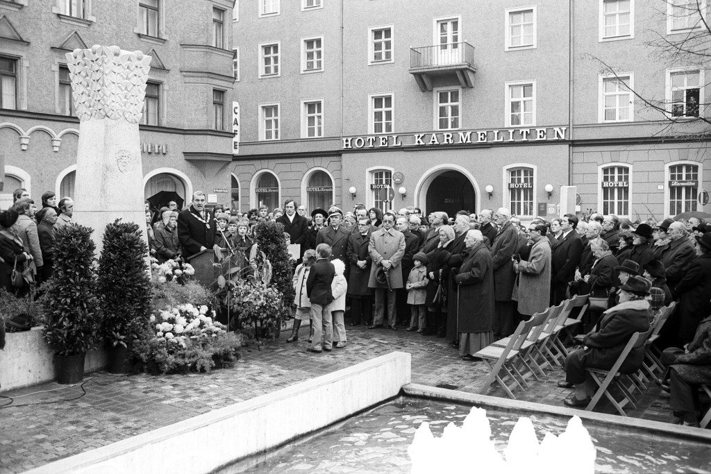 Die Einweihung der Stele durch OB Rudolf Schlichtinger im November 1975. Foto: Stadt Regensburg