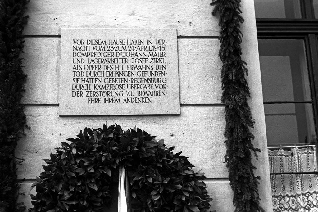 Die 1950 eingeweihte Gedenktafel für Josef Zirkl und Johann Maier am Dachauplatz. Foto: Stadt Regensburg