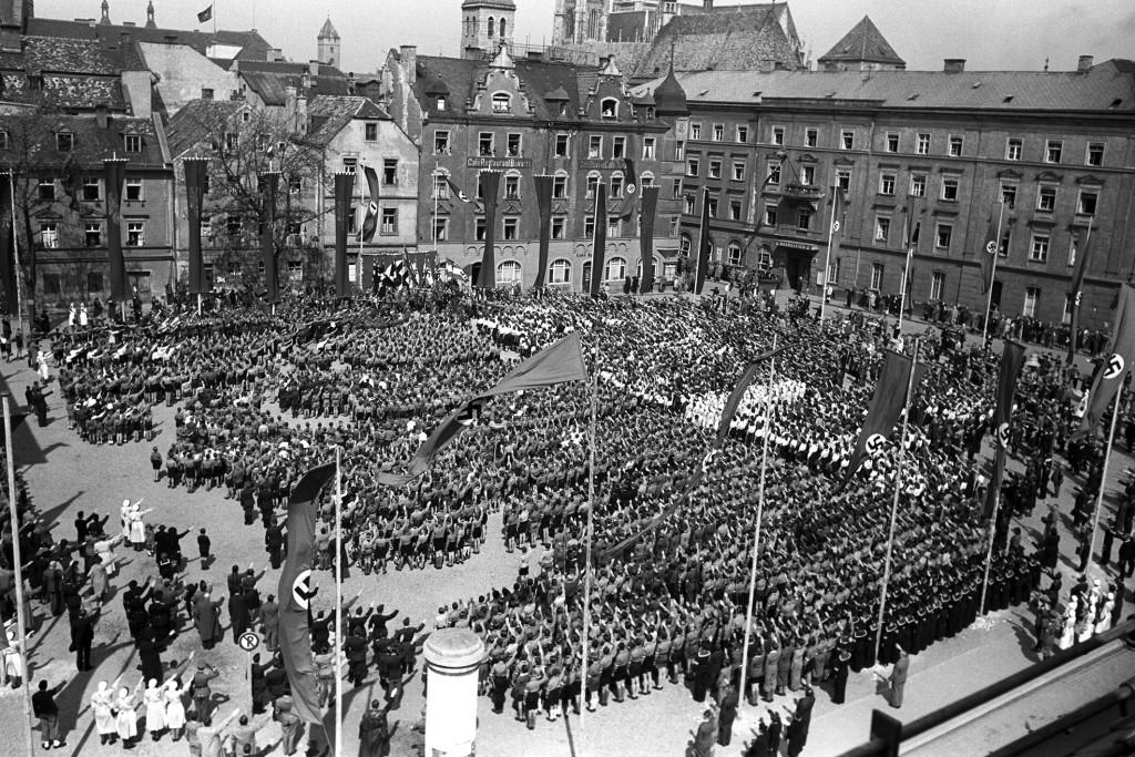 1941: Kundgebung der HJ auf dem Moltkeplatz (heute: Dachauplatz). Foto: Stadt Regensburg
