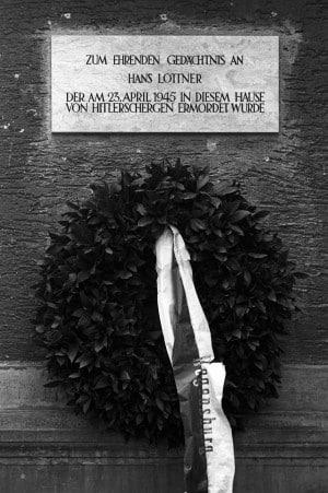 Die Gedenktafel für Michael Lottner (auf der Tafel fälschlicherweise als Hans bezeichnet) hing bis Mitte der 50er Jahre an einem Gebäude in der D._martin-Luther-Straße. Heute steht dort das Gebäude der IHK. Foto: Stadt Regensburg