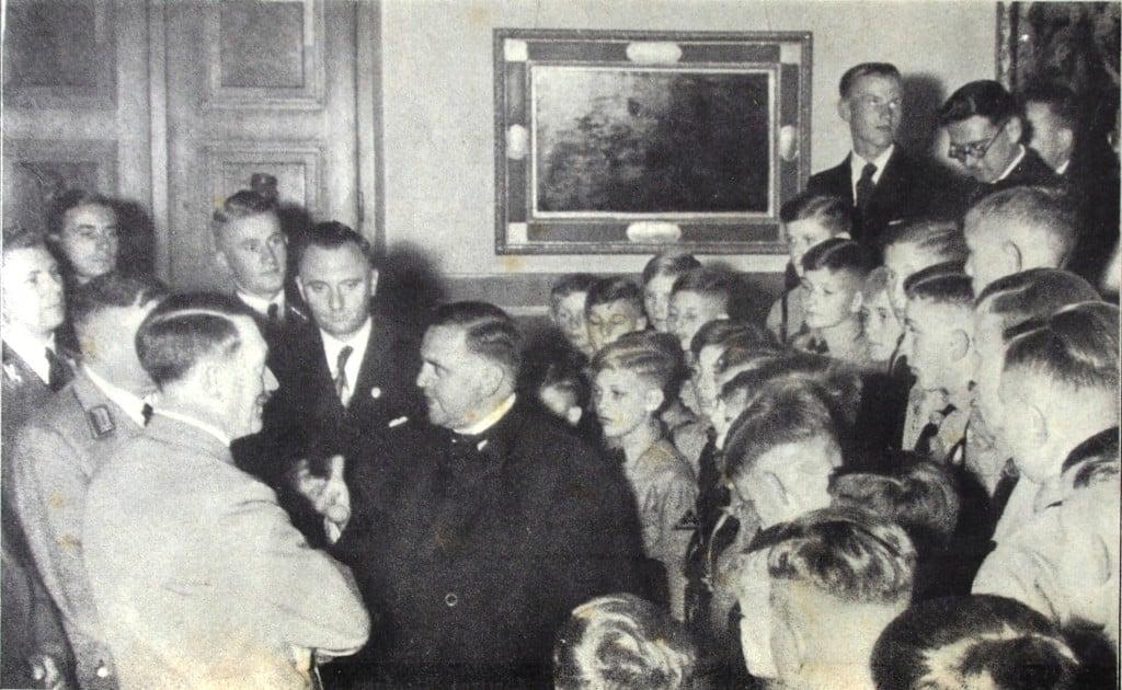 Harmonie zwischen Kirche und NS-Staat: Domkapellmeister Theobal Schrems im Gespräch mit Adolf Hitler (1938).