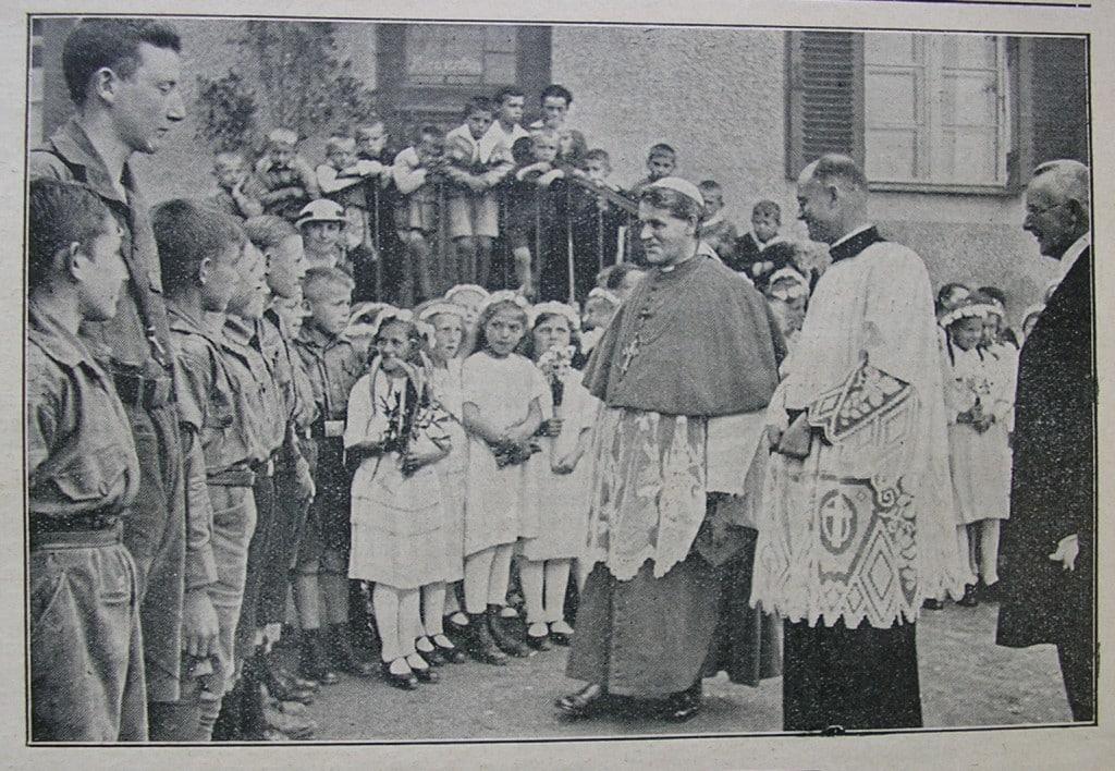 Bischof Buchberger begrüßt Jugendliche bei einer Kircheneinweihung 1933. Foto: privat