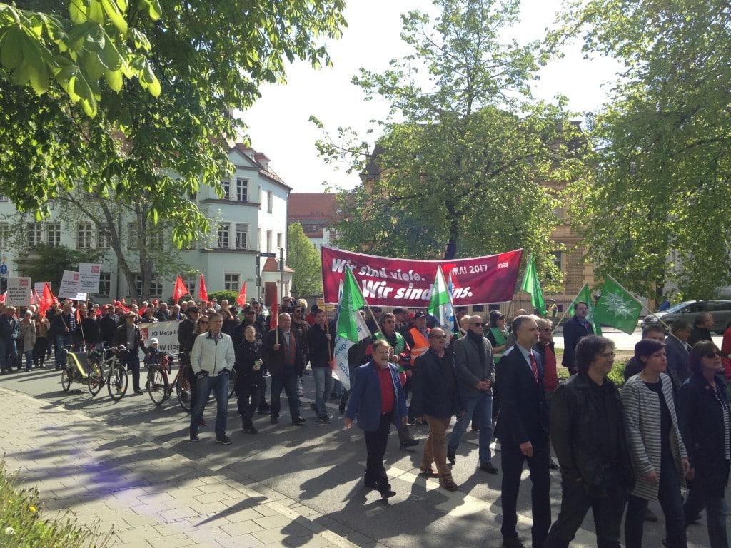 Die vorderen Reihen des Demo-Zuges. Mittendrin: der suspendierte OB Joachim Wolbergs. Foto: om
