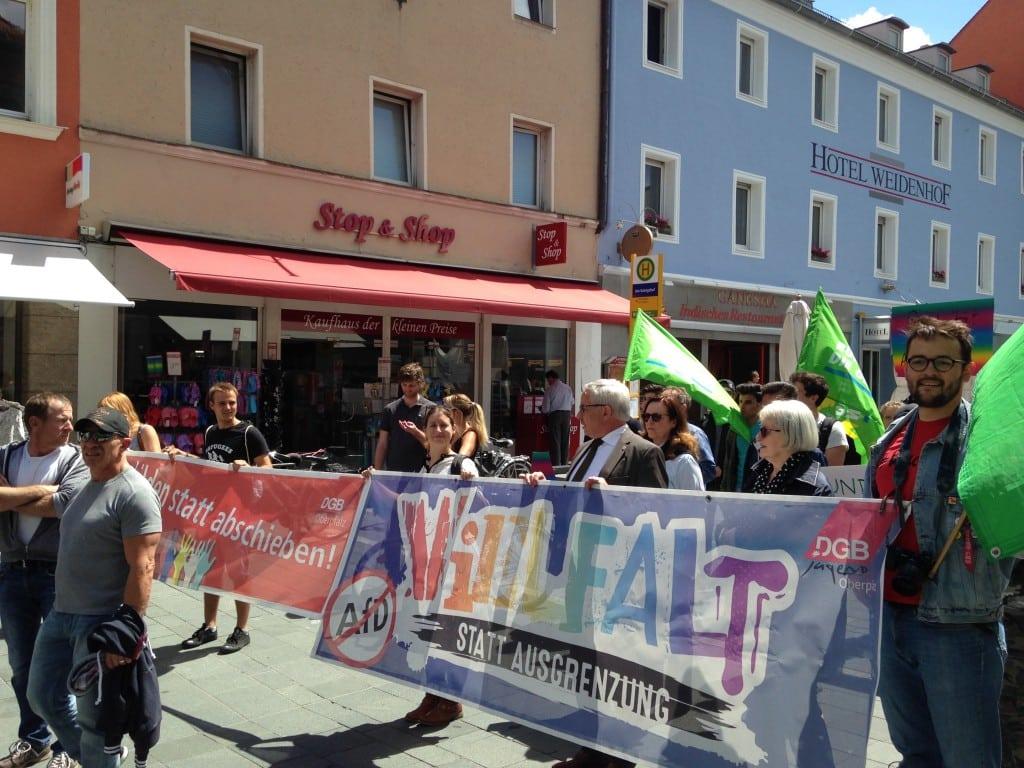 Auch Bürgermeister Jürgen Huber und Grünen-Fraktionsvorsitzende Margit Kunc nahmen an der Demonstration teil. Foto: om