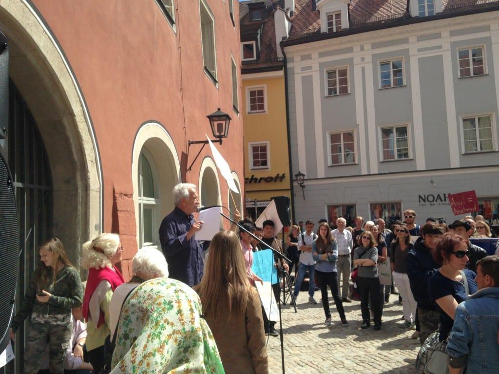 Ernst Grube bei einer Demonstration gegen Abschiebungen nach Afghanistan im Mai in Regensburg. Foto: om