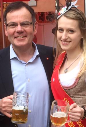 Herr Janele mit Bierkönigin. Foto: CSB