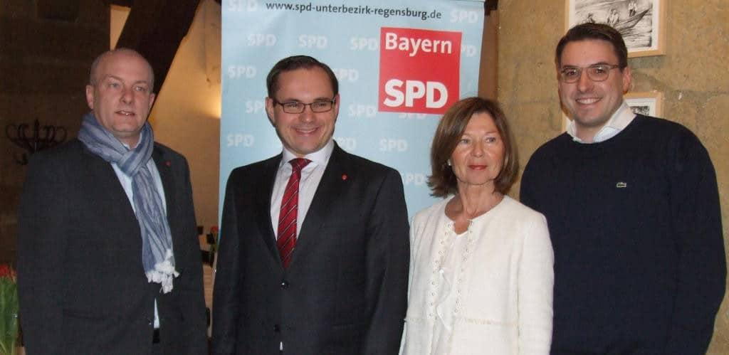 Sebastian Koch (re. neben Parteichefin Margit Wild) soll Joachim Wolbergs (li. neben Bundestagskandidat Tobias Hammerl) als Unterbezirksvorsitzender nachfolgen. Das passt nicht jedem. Foto: Archiv