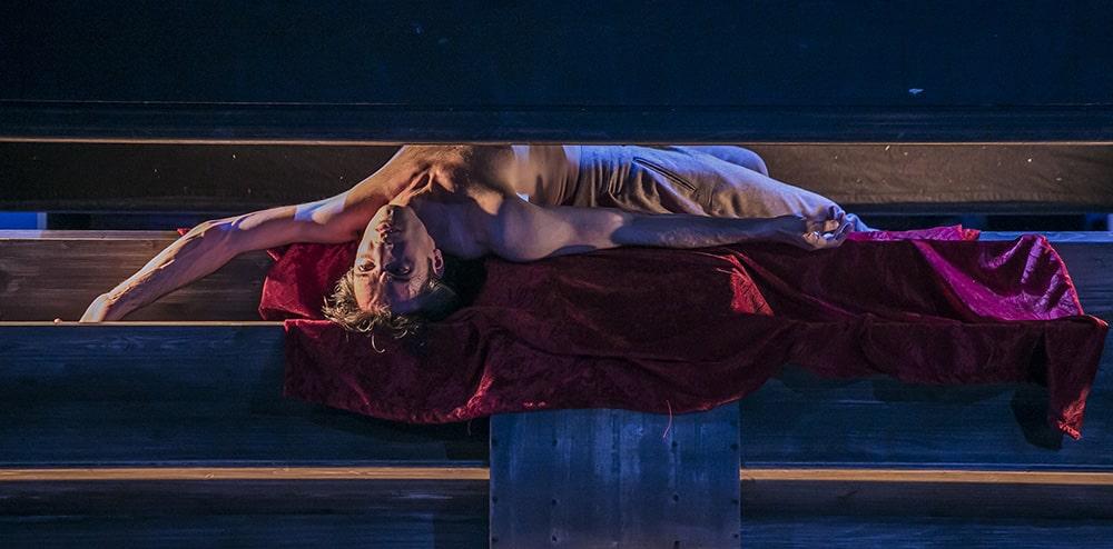 """Martin Dvořák gibt Oscar Wilde in der Regensburger Inszenierung von """"Salome"""". Foto: Jochen Quast / Theater Regensburg."""