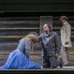 Vor der Tretmühle: Salome (Dara Hobbs), Jochanaan (Adam Kruzel) und Oscar Wilde (Martin Dvořák). Foto: Jochen Quast / Theater Regensburg.