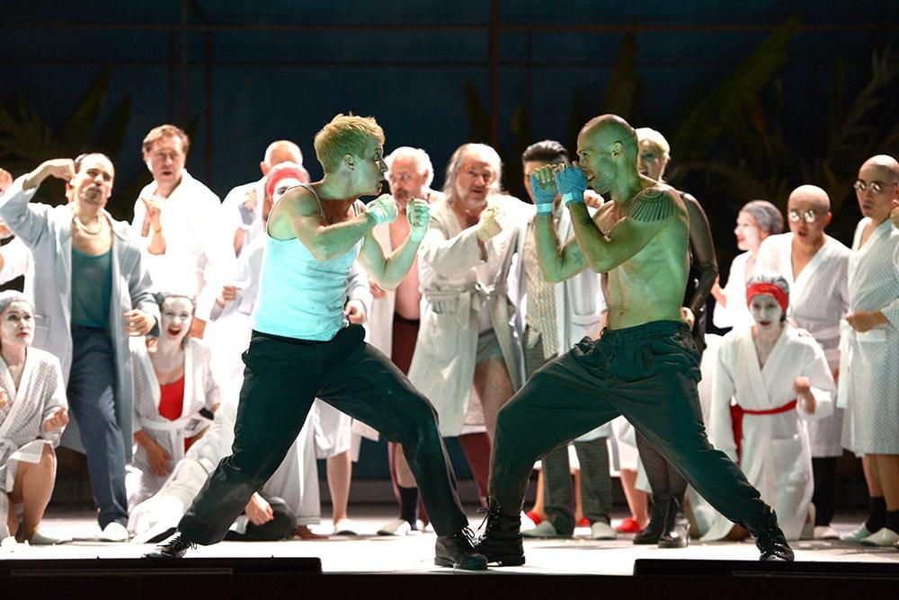 Der Trunkenbold (Matthias Wölbitsch) und der Ausputzer (Tamás Mester). Bild: Juliane Zitzlsperger / Theater Regensburg,