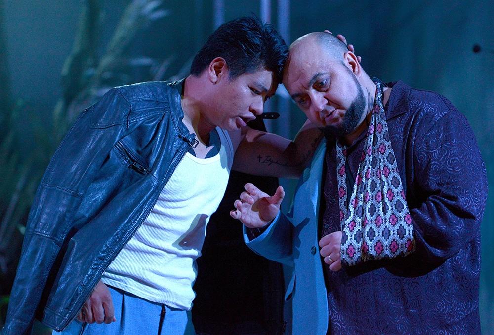 Erst Freunde, dann Feinde: Riccardo (Yinjia Gong) und Renato (Lucian Petrean). Bild: Juliane Zitzlsperger / Theater Regensburg.