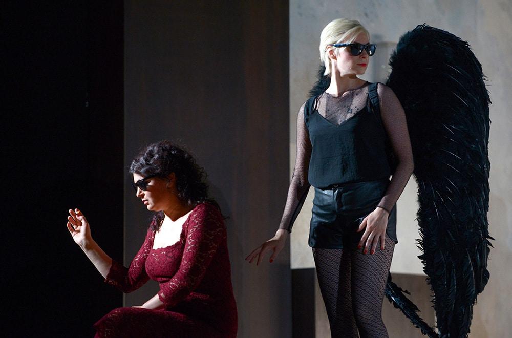 Amelia (Theodora Varga) und Page Oscar (Anna Pisareva) kurz vor dem titelgebenden Maskenball. Bild: Juliane Zitzlsperger / Theater Regensburg.