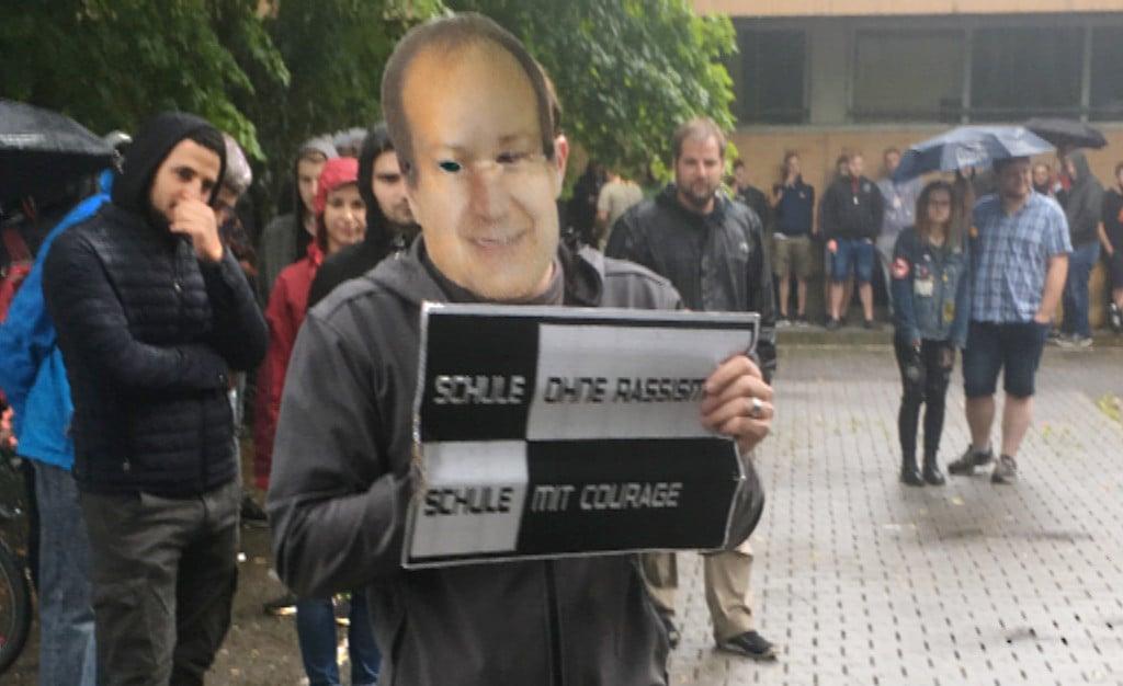"""Zur """"Pressekonferenz"""" erschien ein falscher Schulleiter Schmidbauer. Foto: as"""