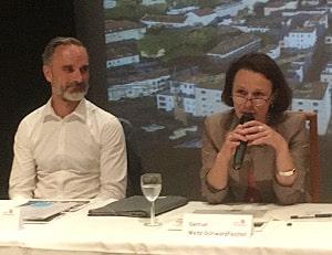 """Andreas Ondraczek mit Bürgermeisterin Gertrud Maltz-Schwarzfischer: """"Bin erleichtert, dass sie das fragen."""" Foto: as"""
