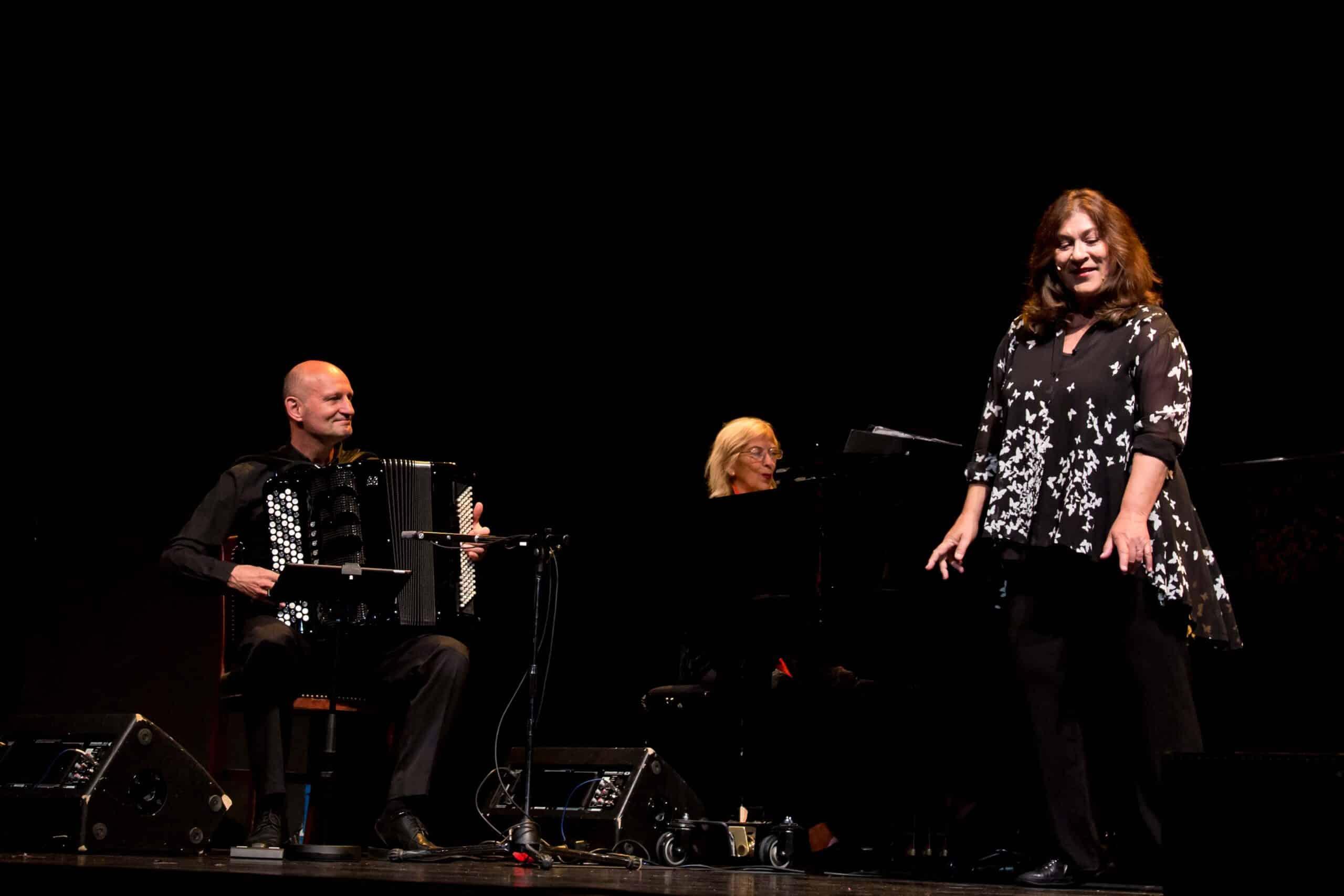 Boten dem Publikum einen rundum gelungenen Abend: Jakob Neubauer, Irmgard Schleier und Eva Mattes. Foto: Alba Falchi / Theater Regensburg.