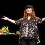Zugabe mit Hans-Albers-Gedächtnis-Elbsegler: Eva Mattes. Foto: Alba Falchi / Theater Regensburg.